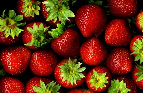 Strawberries peeling by modates.gr